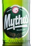 LONDEN, HET UK - 15 MAART, 2017: Flessenetiket van Mythos-bier op wit Gemaakt door het Mythos-Brouwerijbedrijf, was het populaire Stock Afbeeldingen