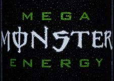 LONDEN, HET UK - 15 MAART, 2017: A kan embleem van de Drank van de Monsterenergie op zwarte omhoog sluiten Geïntroduceerd in 2002 Royalty-vrije Stock Foto's
