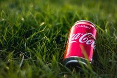 Londen, het UK - 26 Maart, 2017: A kan van Coca-cola op groen gras Royalty-vrije Stock Foto