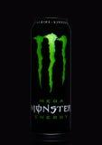 LONDEN, HET UK - 15 MAART, 2017: A kan van de Drank van de Monsterenergie op zwarte Geïntroduceerd in 2002 heeft het Monster nu m Stock Afbeeldingen