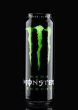 LONDEN, HET UK - 15 MAART, 2017: A kan van de Drank van de Monsterenergie op zwarte Geïntroduceerd in 2002 heeft het Monster nu m Royalty-vrije Stock Afbeelding