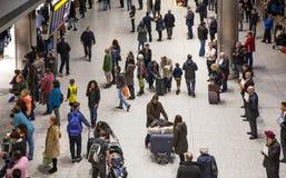 LONDEN, HET UK - 28 MAART, 2015: Mensen die op aankomst in de luchthaventerminal 5 wachten van Heathrow royalty-vrije stock foto's