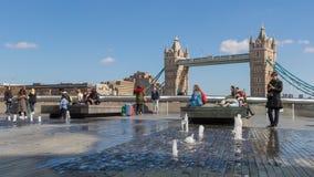 LONDEN, HET UK - 25 MAART, 2016: Toeristen en fonteinen Stock Foto
