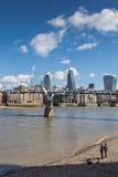 LONDEN, HET UK - 25 MAART, 2016: Toeristen op kiezelsteenstrand Stock Foto
