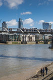 LONDEN, HET UK - 25 MAART, 2016: Toeristen op kiezelsteenstrand Royalty-vrije Stock Fotografie