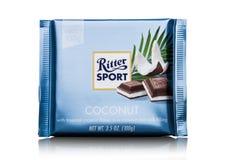 LONDEN, HET UK - 15 MEI, 2017: De melkchocolabar van de Rittersport met kokosnoot op wit De chocoladereep van de Rittersport door Royalty-vrije Stock Afbeelding