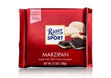 LONDEN, HET UK - 15 MEI, 2017: De melkchocolabar van de Rittersport met marsepein op wit De chocoladereep van de Rittersport door Stock Foto's