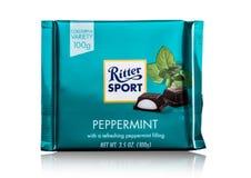 LONDEN, HET UK - 15 MEI, 2017: De melkchocolabar van de Rittersport met pepermunt op wit De chocoladereep van de Rittersport door Stock Fotografie