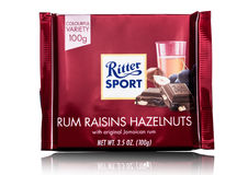 LONDEN, HET UK - 15 MEI, 2017: De melkchocolabar van de Rittersport met rum raizins hazelnoten op wit Rittersport chocoladereep g Royalty-vrije Stock Afbeeldingen