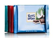 LONDEN, HET UK - 15 MEI, 2017: De melkchocolabars van de Rittersport met kokosnoot op wit De chocoladereep van de Rittersport doo Stock Foto