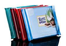 LONDEN, HET UK - 15 MEI, 2017: De melkchocolabars van de Rittersport met kokosnoot op wit De chocoladereep van de Rittersport doo Royalty-vrije Stock Fotografie