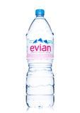 LONDEN, HET UK - 29 MEI, 2017: Fles het Natuurlijke Mineraalwater van Evian op een wit Gemaakt in Frankrijk Royalty-vrije Stock Foto's