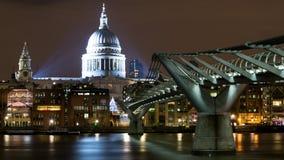 Londen het UK Nachtmening van de Kathedraal van StPaul en de Millenniumbrug van de Zuidenbank royalty-vrije stock foto