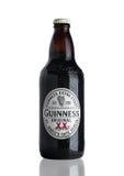 LONDEN, HET UK - 29 NOVEMBER, 2016: Fles van het de stoutbier van Guiness de extra op witte achtergrond Guiness-het bier is gepro Stock Afbeelding