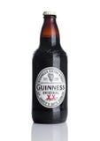 LONDEN, HET UK - 29 NOVEMBER, 2016: Fles van het de stoutbier van Guiness de extra op witte achtergrond Guiness-het bier is gepro Royalty-vrije Stock Foto's