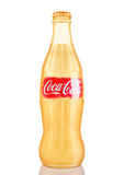 LONDEN, HET UK - 07 NOVEMBER, 2016: Gouden klassieke fles Coca-cola met embleem op wit Stock Foto