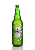 LONDEN, HET UK - 123 OKTOBER, 2016: Fles van Heineken Lager Beer op witte achtergrond Heineken is het vlaggeschipproduct van Hein Royalty-vrije Stock Fotografie