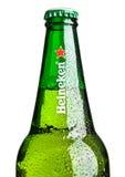 LONDEN, HET UK - 123 OKTOBER, 2016: Fles van Heineken Lager Beer op witte achtergrond Heineken is het vlaggeschipproduct van Hein Stock Foto