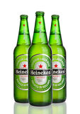 LONDEN, HET UK - 123 OKTOBER, 2016: Flessen van Heineken Lager Beer op witte achtergrond Heineken is het vlaggeschipproduct van H Royalty-vrije Stock Foto's