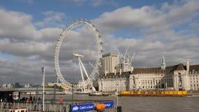 Londen, het UK - 20 Oktober, 2017: Glijdend schot van het Oog van Londen op de Zuidenbank van de Rivier Theems, transitiion met p stock videobeelden