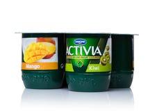 LONDEN, HET UK - 20 OKTOBER, 2017: Pak van Activia-yoghurt met mango en kiwi op wit Activia is een merk van yoghurt door Groupe D Royalty-vrije Stock Afbeelding