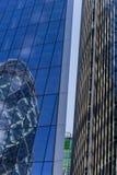 Londen, het UK - 02 September, 2018: Bezinningen van Augurk die Londen bouwen stock foto's