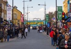 LONDEN, HET UK - 1ST MAART 2014: Camden Town in de loop van de dag met partij Royalty-vrije Stock Foto