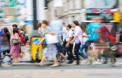 Londen, het UK Veel lopende mensen, toerist en Londoners, die de Piccadilly-circusverbinding kruisen royalty-vrije stock fotografie