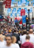 Londen, het UK Veel lopende mensen, toerist en Londoners, die de Piccadilly-circusverbinding kruisen stock afbeelding