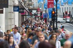 Londen, het UK Veel lopende mensen, toerist en Londoners, die de Piccadilly-circusverbinding kruisen royalty-vrije stock afbeeldingen