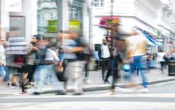 Londen, het UK Veel lopende mensen, toerist en Londoners, die de Piccadilly-circusverbinding kruisen stock foto's