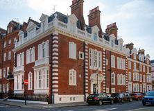 Londen, het UK Woonaria van Kensington en Chelsea Cadoganpoort met rij van periodieke gebouwen Luxesteun Royalty-vrije Stock Foto's