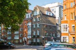 Londen, het UK Woonaria van Kensington en Chelsea Cadoganpoort met rij van periodieke gebouwen Luxesteun Stock Fotografie