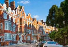 Londen, het UK Woonaria van Kensington en Chelsea Cadoganpoort met rij van periodieke gebouwen Luxesteun Stock Afbeeldingen