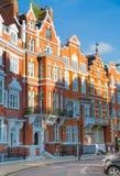 Londen, het UK Woonaria van Kensington en Chelsea Cadoganpoort met rij van periodieke gebouwen Luxesteun Stock Afbeelding