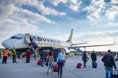 LONDEN, het VERENIGD KONINKRIJK - April 12, 2015: Passagiers die Ryanair Boeing B737 in Stansted luchthaven inschepen dichtbij Lo stock fotografie