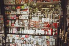 Londen, het Verenigd Koninkrijk - Augustus 18, 2017: Magneten, herinneringen binnen Royalty-vrije Stock Fotografie