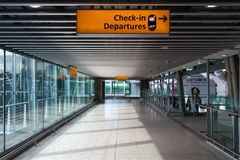 LONDEN, het VERENIGD KONINKRIJK - AUGUSTUS 28, 2017 - Vertrekterminal bij Luchthaven van Heathrow, één van zes internationale luc stock foto