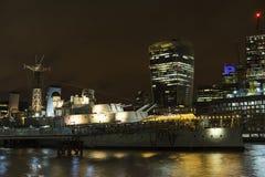 Londen het Verenigd Koninkrijk en rivier Theems bij nacht Stock Afbeeldingen