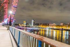 Londen, het Verenigd Koninkrijk, 17 Februari, 2018: Britse horizon in de avond Ilumination van het Oog van Londen en de gebouwen stock afbeeldingen
