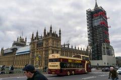 Londen, het Verenigd Koninkrijk, 17 Februari, 2018: De brug van Westminster en de bouw van de Big Ben repain met het huis van Stock Fotografie