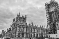 Londen, het Verenigd Koninkrijk, 17 Februari, 2018: De brug van Westminster en de bouw van de Big Ben repain met het huis van Royalty-vrije Stock Afbeelding