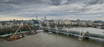 Londen, het Verenigd Koninkrijk, 17 Februari, 2018: Luchtcityscape over de rivier Theems dichtbij Haugerford-Brug met Charing Royalty-vrije Stock Foto