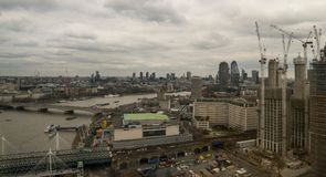 Londen, het Verenigd Koninkrijk, 17 Februari, 2018: Luchtmening van cityscape van Londen met de Hungerford-Brug over de rivier Royalty-vrije Stock Afbeeldingen