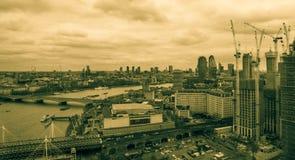 Londen, het Verenigd Koninkrijk, 17 Februari, 2018: Luchtmening van cityscape van Londen met de Hungerford-Brug over de rivier Stock Foto