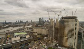Londen, het Verenigd Koninkrijk, 17 Februari, 2018: Luchtmening van cityscape van Londen met de Hungerford-Brug over de rivier Royalty-vrije Stock Afbeelding