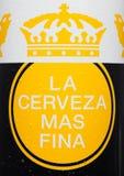 LONDEN, HET VERENIGD KONINKRIJK - JUNI 22, 2017: Aluminiumfles van Corona Extra Beer op wit Populairste ingevoerd bier in de V.S. Royalty-vrije Stock Afbeelding