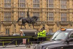 Londen, het Verenigd Koninkrijk - Maandag, February 6, 2017 Twee Politiemannen van Londen stock afbeelding