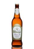LONDEN, HET VERENIGD KONINKRIJK - MAART 23, 2017: Fles Bitburger-bier op wit De Bitburgerbrouwerij is een grote Duitse binnen opg Stock Fotografie