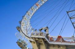 Londen, het Verenigd Koninkrijk - Mei 11 2011: Het Oog van Londen onder een duidelijke hemel Stock Afbeeldingen